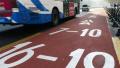 轿车占用公交车道拒认罚 驾驶员撞向民警拖挂行驶近百米