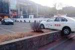 """沈阳一架教练车""""飞""""上绿化带 警察:私家车全责"""