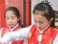 小学生展示书法技艺