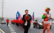 浙江小伙穿西装捧鲜花带着上百人,跑步10多公里迎接新娘