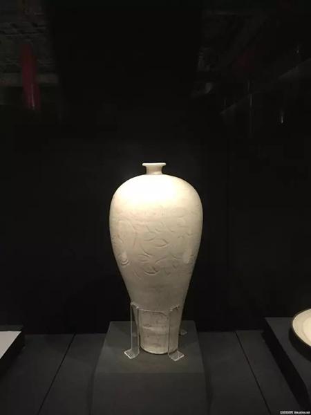 但也有另一派专业说法:梅瓶诞生于北宋时期。北宋-定窑白釉刻花花卉纹梅瓶-故宫博物院藏。