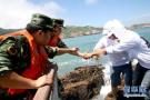俩游客海边游览被困礁石 军警民寒冬合力救援