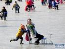 廊坊:湖区成冰上乐园 市民滑冰勿忘安全