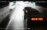 南京过江公交恢复 隧道内公交车畅行无阻