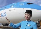 空乘人员展示厦航首架涂装宣传联合国可持续发展目标的客机