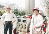 漯河卖烤红薯夫妇捡部手机 为寻失主等到天黑