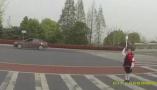 """行车记录仪记下""""衢州有礼"""",7岁小姑娘走过斑马线时一个动作感动网友"""