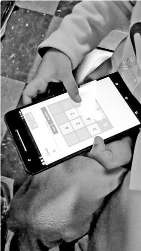 实验中,小朋友在玩2048时,计算机收集了他们与手机互动的数据。#esc#10#/esc#徐文渊课题组供图