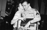 一组国外老照片 看看战争时期的爱情