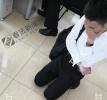 女孩在北京西单大悦城被偷拍裙底 色狼跪地求原谅(图)