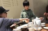 【组图】网友偶遇董洁带儿子吃晚餐 9岁顶顶长高酷似潘粤明