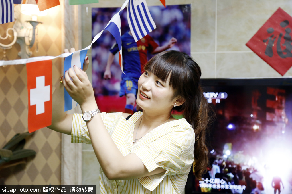 Chinese couple greet World Cup