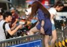 成群靓女横跨栏杆