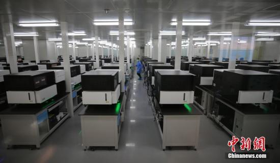 资料图:年轻的科研人员在国家基因库内工作。<a target='_blank' href='http://www.chinanews.com/'>中新社记者 杨可佳 摄