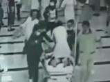 病人突发心脏骤停 医生跳上推车跪着抢救病人