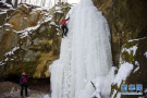 挑战酷暑 户外爱好者热衷攀登没有开发的景区