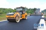 唐山:炎炎烈日 工人进行沥青面层摊铺工作