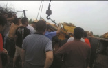 南通一正在作业挖掘机突然侧翻 司机被困