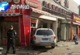 一死多伤,郑州一白色SUV冲进路边包子铺,正在救援!