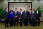 王毅会见美前政要代表团:望美方能接受中国发展繁荣