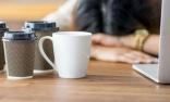 女白领咖啡当水喝出骨质疏松