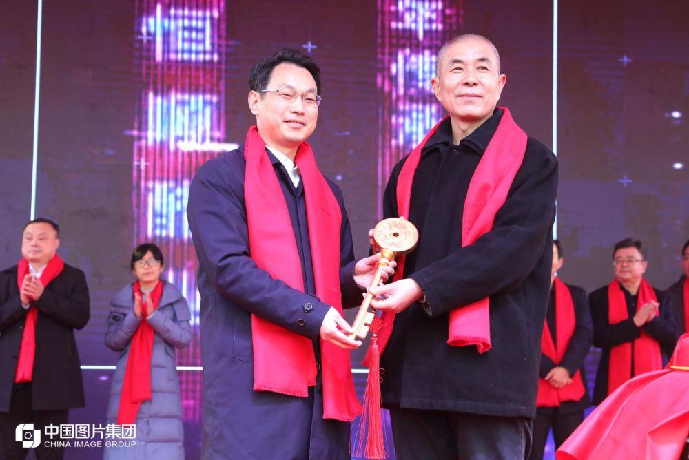 新华社民族品牌工程办公室常务副主任宗焕平(右)向恒顺集团总经理聂旭东授予金钥匙。