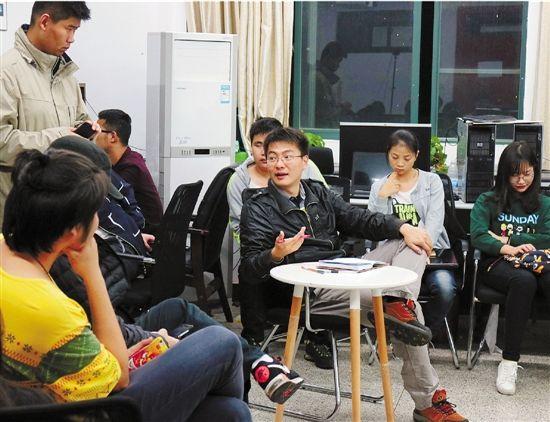 张帆(中间)和他的学生。