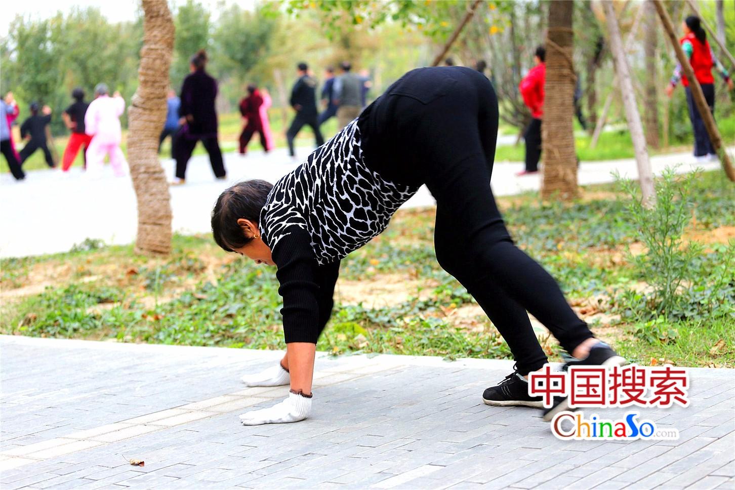 郑州市民公园爬行晨练引热议