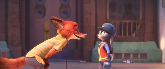 狐尼克兔朱迪争锋相对 迪士尼动画工作室继在中国及全球好评如潮、票房大卖的《冰雪奇缘》(Frozen)和《超能陆战队》(Big Hero 6)后乘胜追击,脑洞大开为观众带来《疯狂动物城》影片构筑了一个没有人类只有动物的世界,在这个趣味十足的现代动物大都会里,两位主角兔朱迪与狐尼克需要天敌变拍档,玩转动物城,才能破解惊天谜案。