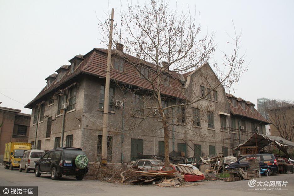 """济南百年修女院外被""""圈地""""种菜、养鸡"""
