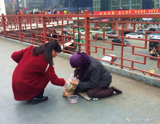 女子给跪地乞丐一袋麻花 袋子都没解开被扔垃圾桶