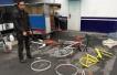 男子砸碎共享单车卖废铁:理由太奇葩