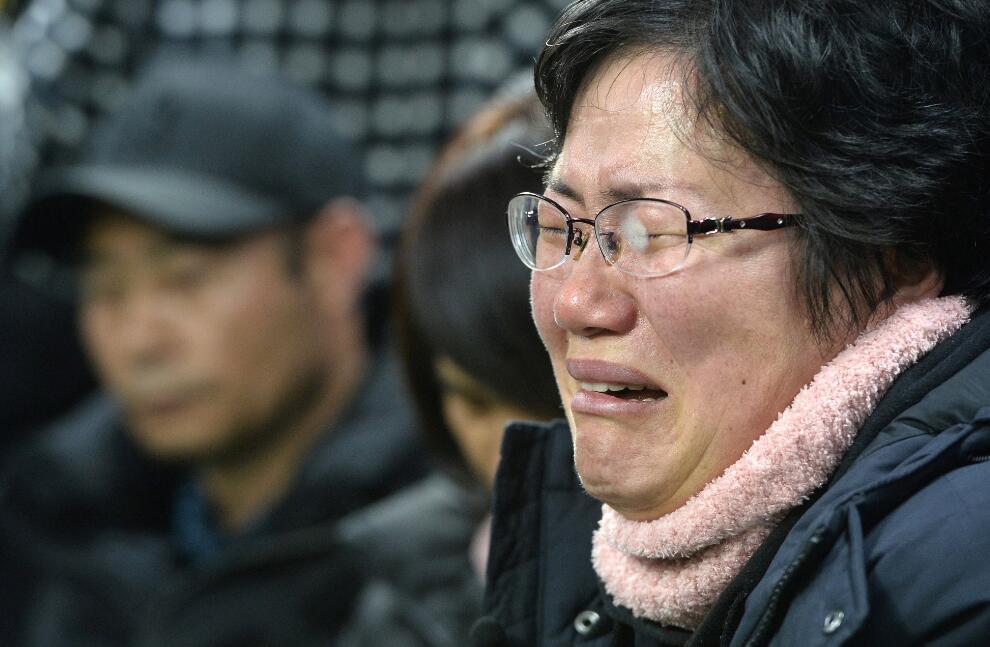 看哭!韩国世越号沉海3年出水 遇难者家属伤心痛哭