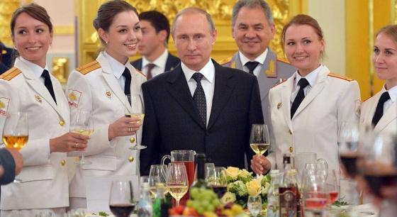 俄罗斯总统普京被军校美女毕业生包围