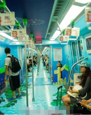 """南京地铁3号线又出新款 乘车可""""赏月"""""""