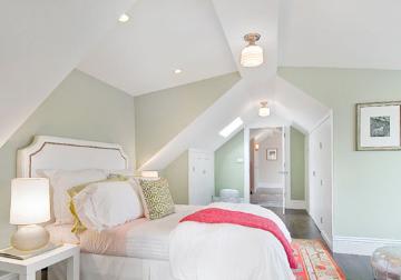 绿色墙面很淡,感觉都要化到了白色墙面里,卧室里的各种色彩都是淡淡的,淡淡的绿,淡淡的粉,就像这春天和煦阳光,淡淡的明媚,淡淡的温暖,很小清新的卧室配色。