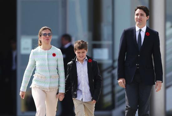 ur-Mer,加拿大总理特鲁多携夫人与儿子前往加拿大军人墓园哀悼在