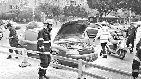 奥迪路上自燃 交警冒爆炸危险将车开至人少处灭火