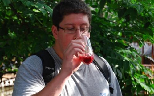图为Andrew在越南生吃蛇心的朋友。原文:越南人能够提供这种生蛇心,看起来很可怕,但据说吃了有益身体,不过我没敢吃。