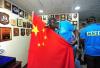 超感动!这位非洲朋友深情亲吻五星红旗:我爱你中国!
