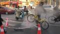心疼!郑州一暖气管道泄露致路面塌陷 小黄车被蒸一夜
