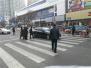 许昌多行人正过马路 一私家车突然冲来吓坏行人