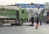 郑州一路口渣土车压倒电动车 一人身亡