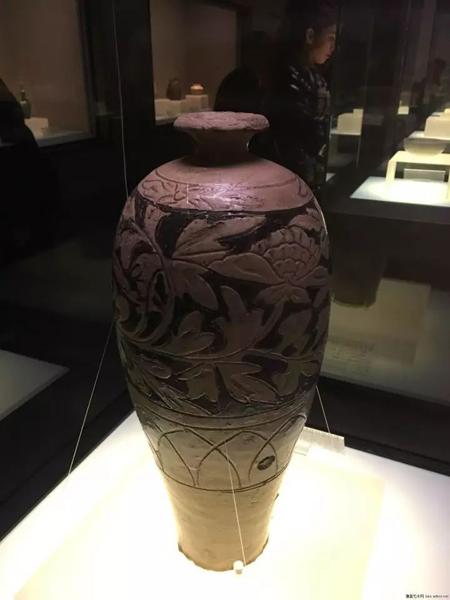 辽-缸瓦窑白釉剔花填黑梅瓶-国家博物馆藏。