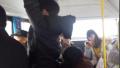 """鹤壁俩小孩公交车上""""耍单杠"""" 乘客看得心惊胆战"""