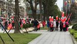 台北101惊现群体举纳粹旗帜游行游客傻眼