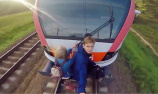 """白俄情侣的列车""""冲浪""""约会"""