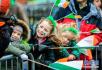 爱尔兰都柏林 孩子们观看圣帕特里克节游行