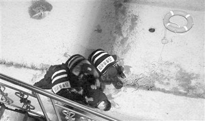 必发彩票安全吗:新相机买来第一天就拍到心惊画面:杭州老水警钱塘江夜救轻生男