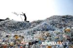 """中国""""洋垃圾""""禁令实施三个月 美国垃圾堆成山"""
